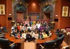 Alumnos y alumnas del Colegio Francisco Noguera Saura de Murcia posan en el hemiciclo con los diputados Juan Antonio Mata y Emilio Ivars